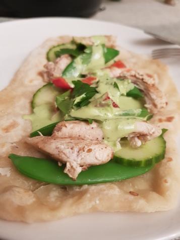 Tortillalefser med zaatar-krydret kylling grønnsaker og grønn tahinisaus